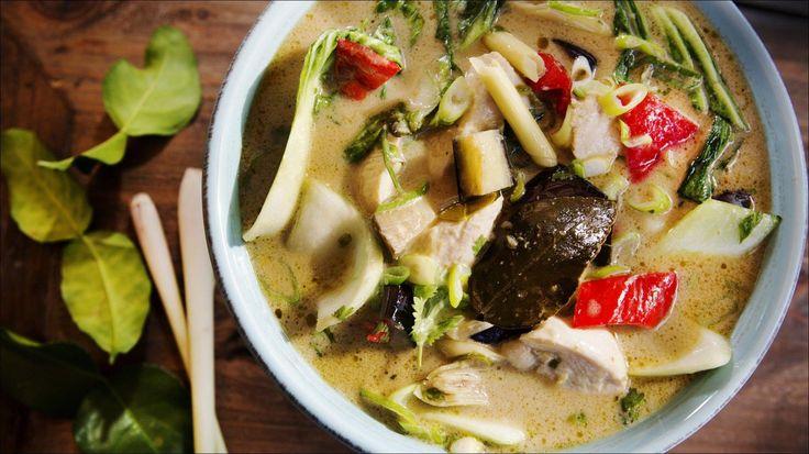 Thai-inspirert suppe med grønn curry, kylling og kokos - En spicy flørt med Østens smaker.