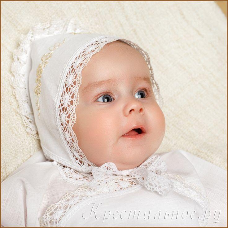 Красивый чепчик для Крещения ребенка, выполнен из умягченного отбеленного 50%льна/50%хлопка с вышивкой и отделкой из плетеного хлопкового кружева, собранного складками.