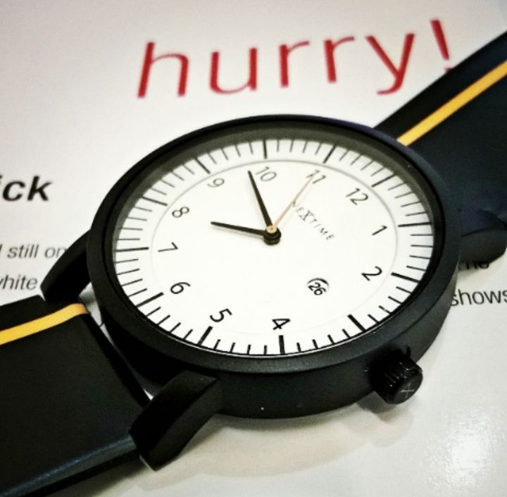 Black and white watch - Nextime.