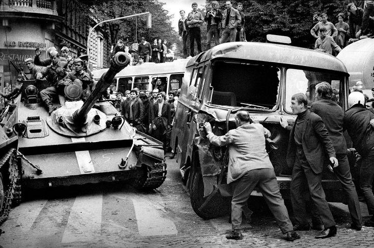 Srpen 1968. Někde se lidé pokusili o odpor, stavěli zátarasy. Proti tankům…