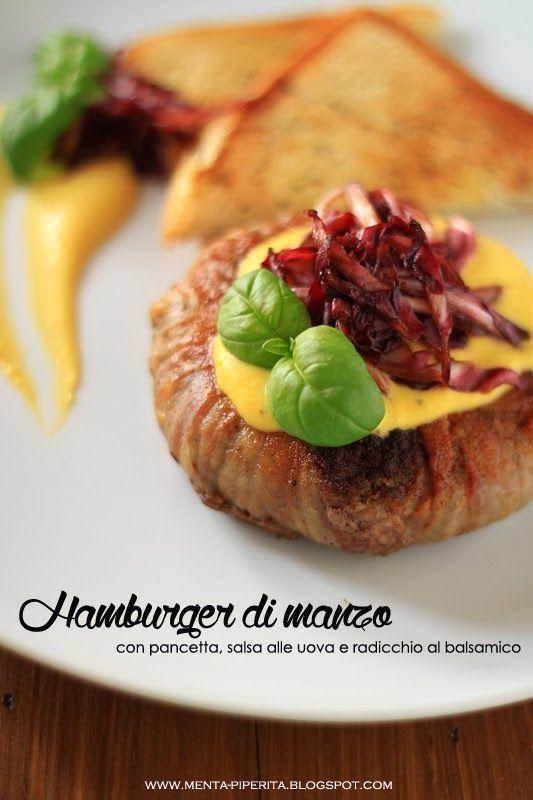 Hamburger di manzo con pancetta, salsa alle uova, radicchio al balsamico e pancarrè croccante all'origano
