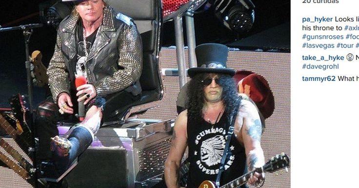 Guns N'Roses: De pé quebrado, Axl canta sentado no 'trono' de Dave Grohl