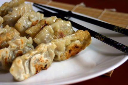 Gyoza (raviolis japonais) faits maison - ajouter fécule de maïs à la pâte.  - pour la farce : 200g porc 100g crevettes oignons nouveaux bouillon de poule et ciboulette