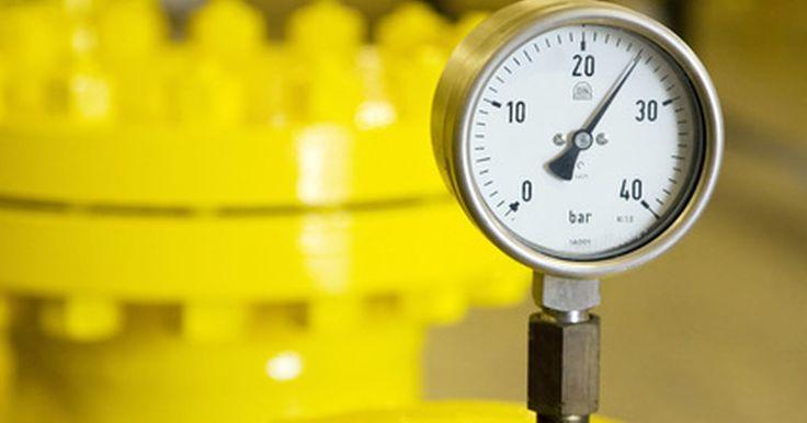 Como fazer o seu próprio monômetro. Um manômetro pode ser qualquer dispositivo capaz de medir pressão. Há muitos tipos manômetros, embora o termo particularmente se refira a um instrumento que utiliza uma coluna de líquido, a menos que especificado de outra forma. Um aparelho de coluna de líquido utiliza um tubo cheio de determinado líquido para medir a diferença de pressão entre as ...