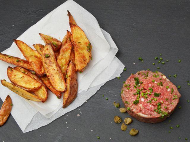 Tatárbifsztek (brüsszeli változat) ropogós sült krumplival - Receptek | Ízes Élet - Gasztronómia a mindennapokra