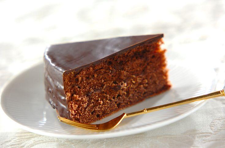 濃厚なチョコレートと、アプリコットのフルーティーな酸味のバランスが絶妙!見た目にも豪華なチョコレートケーキの定番。ザッハトルテ/河田…