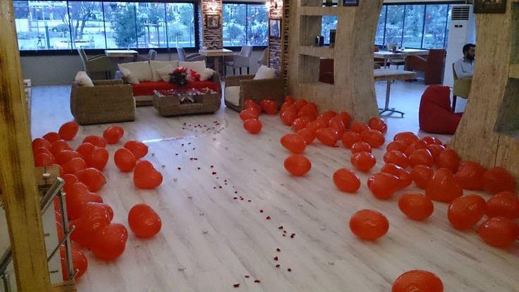 Kırmızı Balonlarla ve Mumlarla Süslü Size özel hazırlanan Romantik Masa
