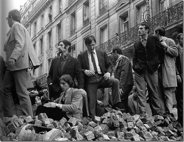 Manifestanti su una barricata in rue Gay Lussac, Parigi, 1968 - foto Mario Dondero - clip_image002