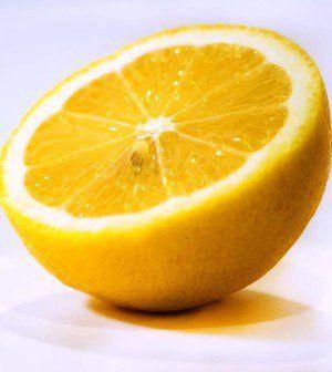 Tutti, più o meno, conosciamo i benefici del succo, ma quanti, invece, conoscono i poteri della scorza di limone? La maggior parte delle volte, quando consumiamo il limone, buttiamo via la buccia o, a