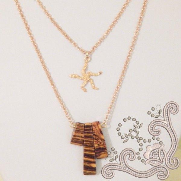 Colier dublu, la baza gatului,  realizat din elemente placate cu aur si compozit. Este o bijuterie eleganta, in culorile pamantului, usor de asortat oricarei tinute.