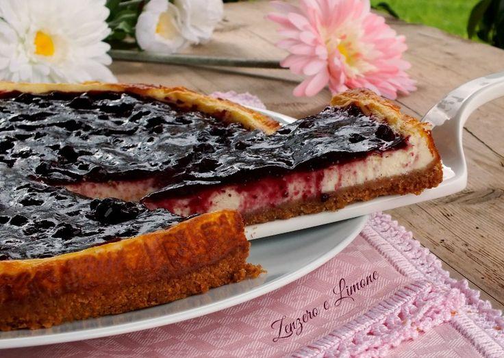 La cheesecake ai frutti di bosco è una torta fresca e cremosa ricoperta da un goloso strato di marmellata. Facilissima da realizzare!
