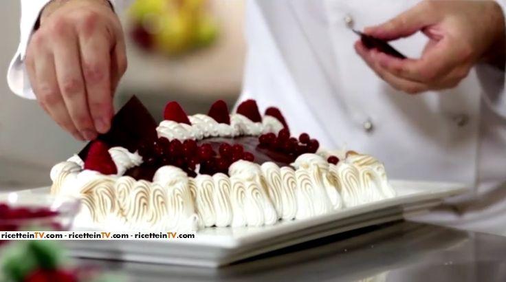 La torta Albero di Natale del pasticciere Gianluca Aresu, proposta all'interno del programma di Alice Festa in tavola.