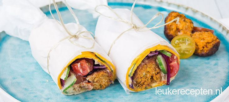 Een vegetarische wrap vol met groenten en balletjes falafel voor een gezonde lunch. Deze wrap is zowel warm als koud lekker.
