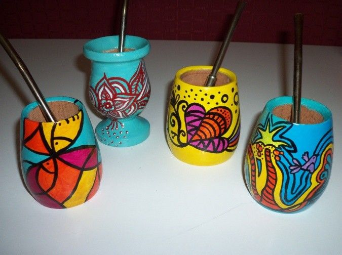Mates de madera multicolor. Pintados a mano. Laqueados.  El publicado es sin bombilla.  Varios diseños.