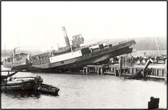 Skiftende ejere Stormfloden den 3. og 4. december 1909: Fanøfærgen blev kastet halvt op på kajen i Esbjerg.