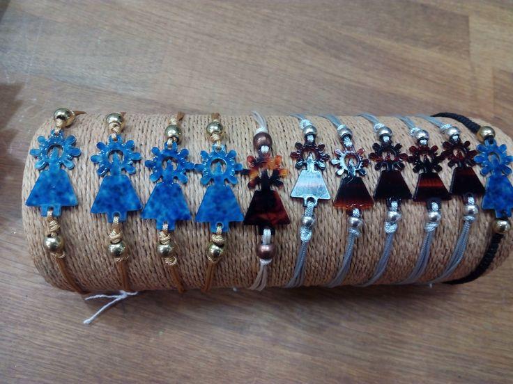 Pulsera de concha diseño Virgen del Pilar moderna, con hilos de macramé.