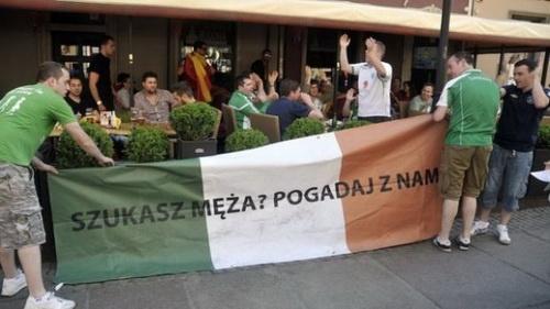 """Drużyny Irlandii nie ma już na Euro, ale irlandzcy kibice zostaną w naszej pamięci o wiele dłużej. Chyba żadna ekipa która przyjechała na Euro dopingować swoją drużynę narodową nie odznaczyła się tak pozytywnie jak oni, zabawę i dobry humor stawiali zdecydowanie na pierwszym miejscu! - i to za równo w trakcie meczów jak i """"w czasie wolnym"""". Można chyba tylko rzec - wpadajcie częściej! ;)"""