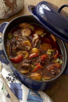 Bästa receptet på en underbar klassisker – gulasch! Mat som får alla att gå mätta från bordet. Smakerna gifter sig fantastiskt i långkoket.