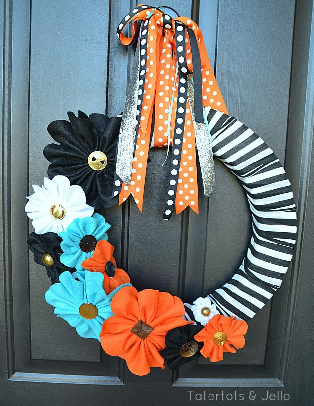 I love Fall.  Can't wait to make a similar one!    halloween black and white felt wreath at tatertots and jello