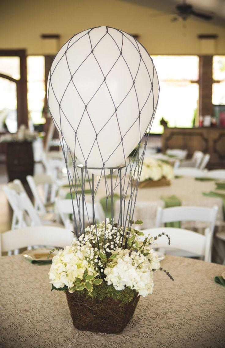 Une belle idée de centre de table mariage montgolfière - une composition originale de ballon blanc et de fleurs blanches