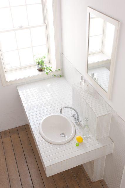 洗面台を交換するリフォームは、他の水まわりのリフォームに比べて詰めが甘くなってしまいがち。お風呂やキッチンなどは、デザインや機能に関する情報も多く、ビジュアル的にも家全体の印象を大きく左右するので、自然と念入りに計画するものですが、洗面台に関してはそれ程のエネルギーを注がれないかもしれません。しかし洗面所は1日の始まりを過ごす大切なスペース。また洗面台では洗面だけではなく家事の色々をすることになります。きめ細かなプランニングをするため、よくある失敗例を見てみましょう。