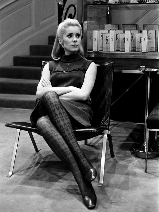 Portrait de Catherine Deneuve en 1966 à Paris, au domicile d'Yves Saint Laurent | Vanity Fair