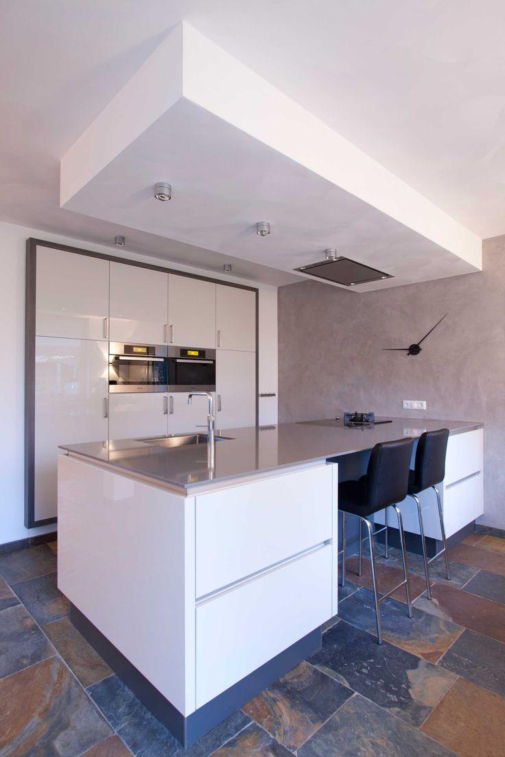 Corne de Keukenspecialist heeft het ontwerp 3D rendering en realisatie voor deze kamer-en-suite gerealiseerd.  Toegepast : Hoogglans laserkant keuken -werkblad composiet Gris Expo - Miele apparatuur
