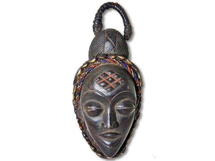 Hier haben Sie die Möglichkeit, eine dekorative afrikanische Maske der Punu zu erwerben. Diese Punu Maske wurde in liebevoller Handarbeit aus Holz gestaltet und mit bunten Perlen und Kaurimuscheln verziert. Außerdem ist diese Holzmaske mit einem Kopfkorb ausgestattet. Die herrliche afrikanische Maske der Punu hat eine Höhe von ca. 33cm. Jetzt heißt es zügig bestellen, ehe unser Bestand aufgebraucht ist.#afrikanischeMaskederPunu #PunuMaske #afrikanischeDeko #afrikanischeDekoration…