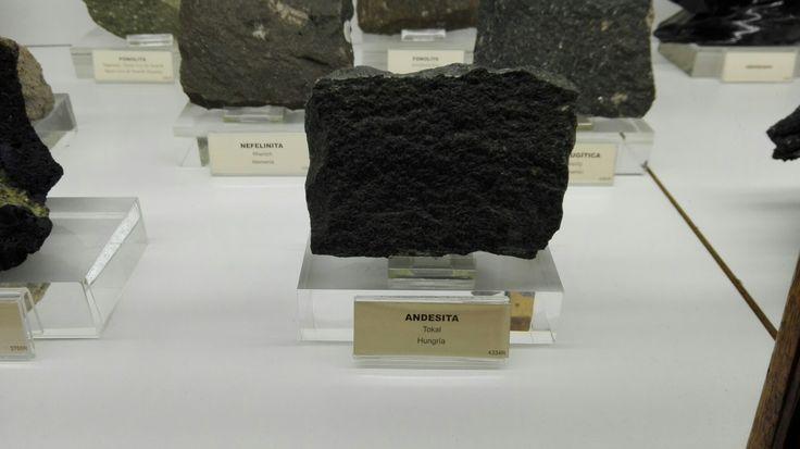 Nombre : ANDESITA Roca ignea volcanica Textura microcristalina Compuesta por piroxeno , plagioclasa , hornblenda