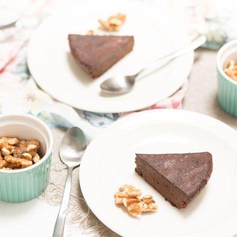 Krämig raw chokladkaka med bönor som är laktosfri, glutenfri, vegansk och hälsosam. Detta recept kommer älskas av hela familjen, en ny favorit till fikat!