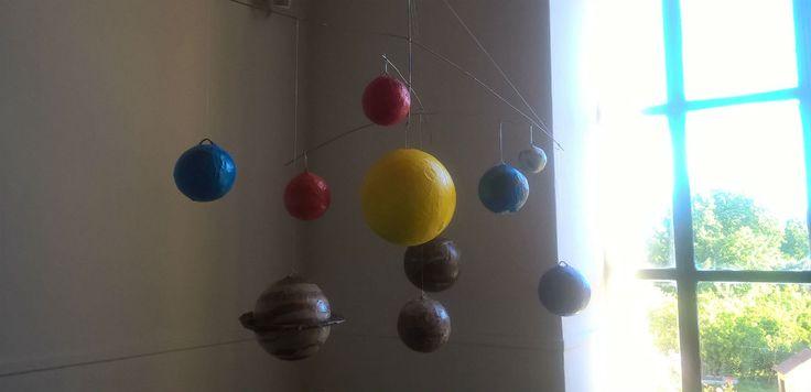 Η συγκεκριμένη κατασκευή πλανητών έγινε στο πλαίσιο του μαθήματος της Γεωγραφίας της Στ' τάξης. Κατασκευή πλανητών με τεχνική παπιέ μασέ.