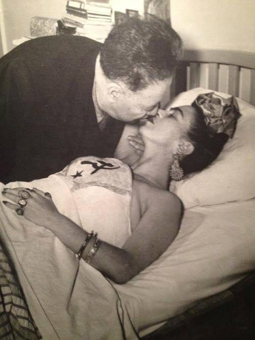 """Se unió en matrimonio con Diego Rivera el 21 de agosto de 1929. Muchos llamaron al enlace """"la unión entre un elefante y una paloma"""", debido a que el muralista era muy grande y obeso, y Frida era pequeña y delgada."""