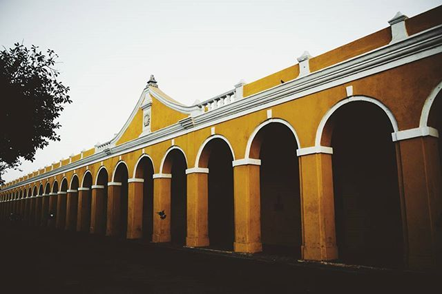 The artisanal arches of Las Bóvedas, which were originally built as storage vaults. Later, it was used as  prison cells during the Civil War. Nowadays, they are host to many shops selling traditional Colombian souvenirs #thescienceoftravel by thescienceoftravel. instatravel #photography #colombia #thescienceoftravel #colombian #travel #tropical #beautiful #acolorstory #instacolombia #travelgram #traveling #southamerica #colombiano #color #buildings #cartagena #architecture #arches #colorful…