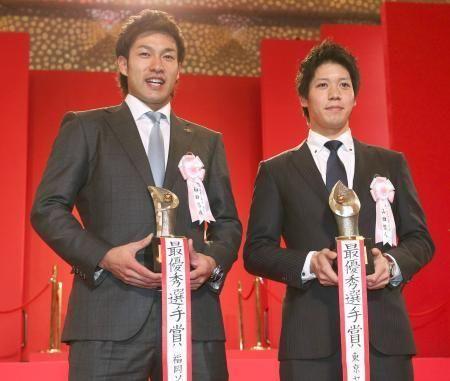 今季のMVPに選出され笑顔のソフトバンク・柳田悠岐外野手(左)とヤクルト・山田哲人内野手=25日、東京都内のホテル