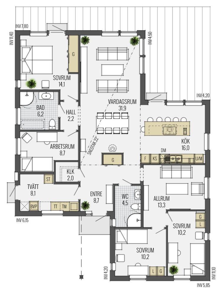Karisma har en modern och spännande arkitektur. Entrén ligger under skyddande tak och inne i huset möts du av en rymlig hall med gott om förvaring. Köket har generösa arbetsytor och mycket ljusinsläpp.