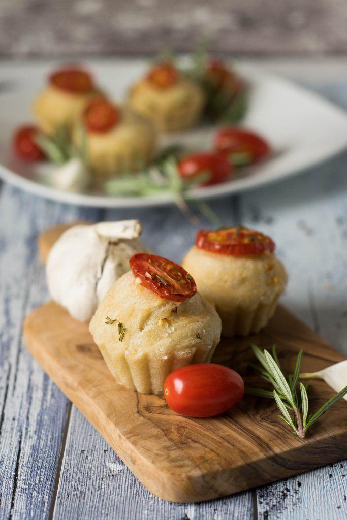 Foccacia Muffins mit Tomaten und Rosmarin - super lecker und die perfekte Grillbeilage