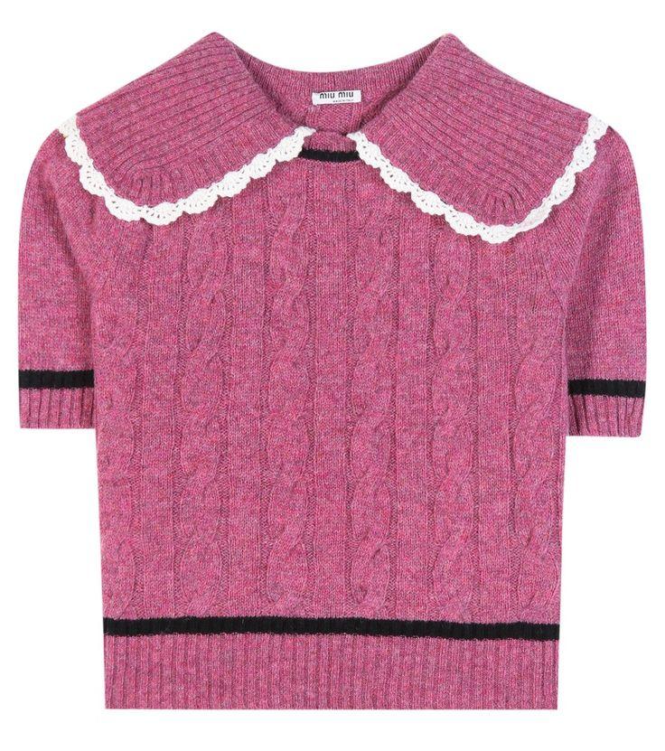 790,00 euro Miu Miu - Top in maglia di lana - Bon ton tremendamente glam per il top in maglia di lana rosa begonia di Miu Miu che ostenta una deliziosa lavorazione a treccia sul design dalla mezza manica allungata. Generoso il colletto che culmina con un inserto in crochet bianco per portare la raffinatezza ai massimi livelli anche in abbinamento a semplici denim. seen @ www.mytheresa.com
