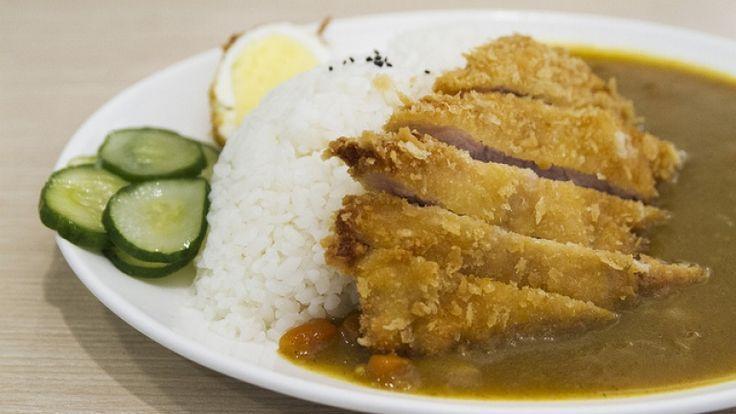 Tonkatsu giapponese con riso e curry di verdure, cucina asian fusion