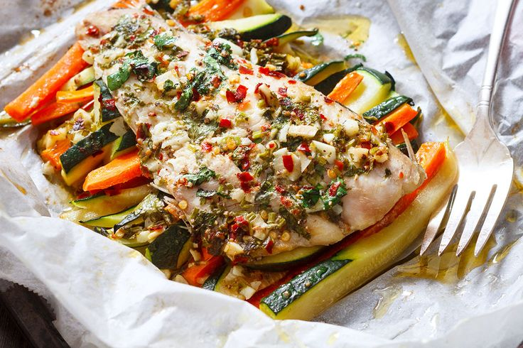 For a healthy all-in-one dinner you can make any time in the week, this garlic butter fish in parchment takes a few minutes to prepare and requires minimal clean-up. Cooking in parchment paper pouc…