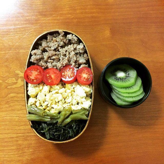 こんばんは。今日の四色弁当💖楽チンだったわァ😘 週一コースで作りたいですよ。いかがですか?  今日の献立 🐽豚肉そぼろ 🐽いりどり卵 🐽ほうれん草バター醤油炒め 🐽インゲンの煮物 🐽キュウイ 以上です。今日も最後まで読んでくださってありがとうございました🙏💕 #手作り弁当  #今日のお弁当  #今日の弁当  #わっぱ  #わっぱ弁当  #肉 #わっぱ 弁当🍱 #わっぱ  #わっぱ弁当箱  #wappa  #japanesefood  #japan #中学生女子弁当 #娘弁当  #お弁当  #お弁当生活  #お弁当記録  #お弁当初心者  #弁当の日