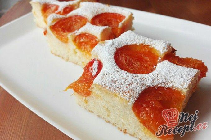 Nadýchaná meruňková bublanina posypaná cukrem