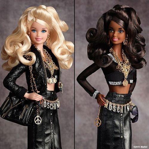 A Barbie + Moschino já está sold out. Nem adianta sair correndo e ir procurar no net-a-porter (só vende lá), ambas estão esgotadas desde a primeira hora de venda! Esse é o poder de duas marcas gigantes e apelativas juntas. A barbie desejo da Moschino podia ser sua por $150 com direito à bolsas, camiseta e acessórios de todos os tipos em réplicas minúsculas