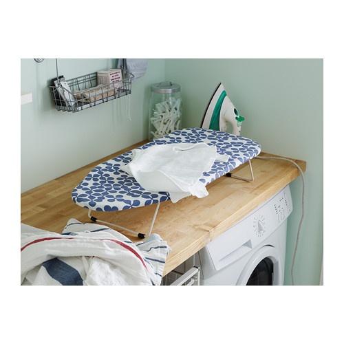 JÄLL Planche à repasser de table IKEA Un crochet permet de ranger la planche à repasser suspendue.