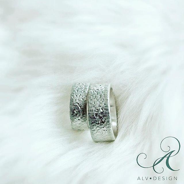EPOK - en vacker rustik silverring, handarbetad i sterlingsilver. Design och arbete: Anneli Lindström, Alv Design. Se mer av våra handgjorda silverringar i webbutiken www.alvdesign.se Välkomna 🌟