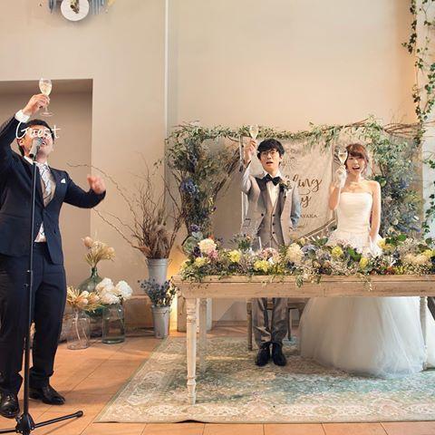 * カンパーイ! . 堅苦しい祝辞は無くして、簡単なスピーチと乾杯の音頭をお願いしました ⍩⃝ . #結婚式レポ #乾杯の音頭 #高砂装花 #結婚式diy #フレアージュ桜坂