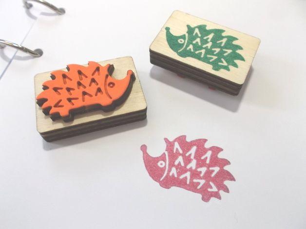 Stempel van hout en schuimrubber. Ideaal voor ontwerp van kaarten, scrapbooking en vele andere knutselideeën.  Gemaakt met onze eigen CO2-laser.  Thema: egel  Motif Afmetingen: 3.9 x 2.5...