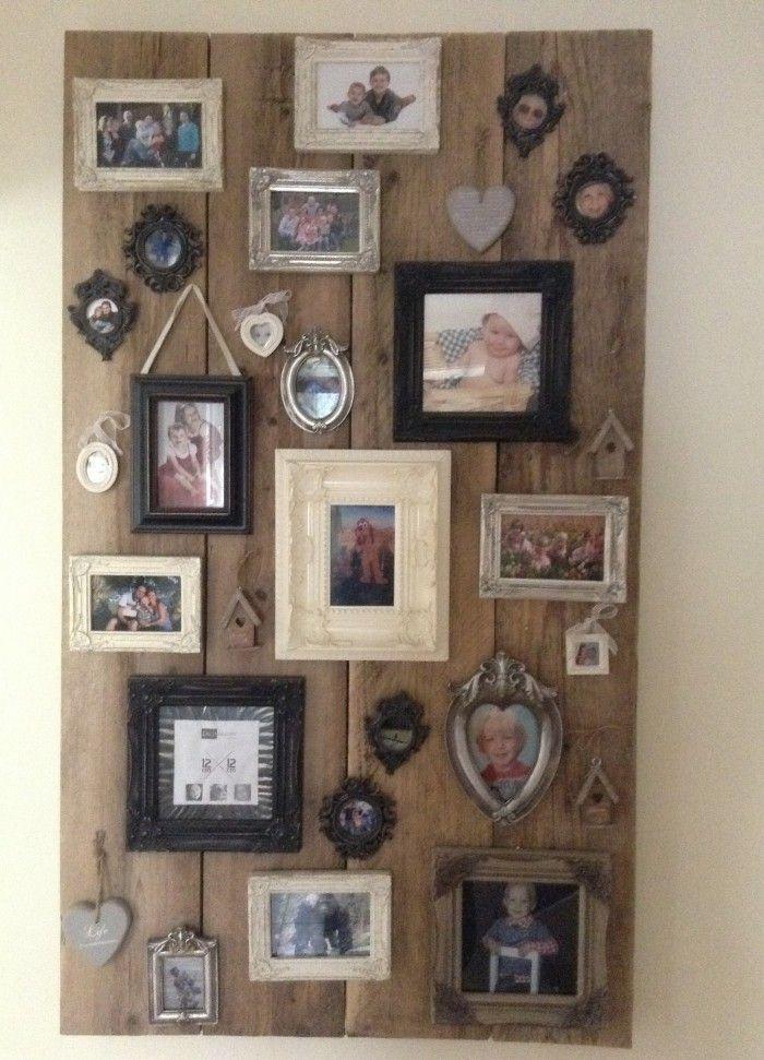 Fotowand voor in de hal, steigerhouten bord met daarop een verzameling van allerlei fotolijstjes...