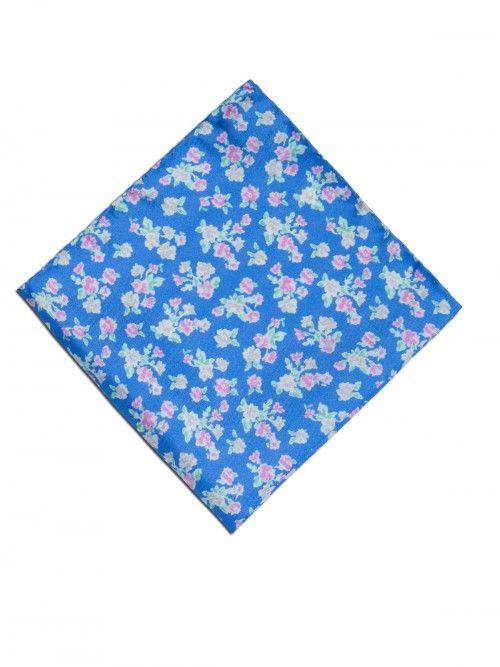 Pañuelo de seda, confeccionado en Italia, en color azul con estampado de diseño de flores.  www,soloio.com #silk#pocketsquare#suitup#suitupaccesories#menstyle#dapperman#dapperdetails#gentleman#menaccesories#pañuelodebolsillo#fazzoletto#airplane#skull#skulls#flowers#print#pattern