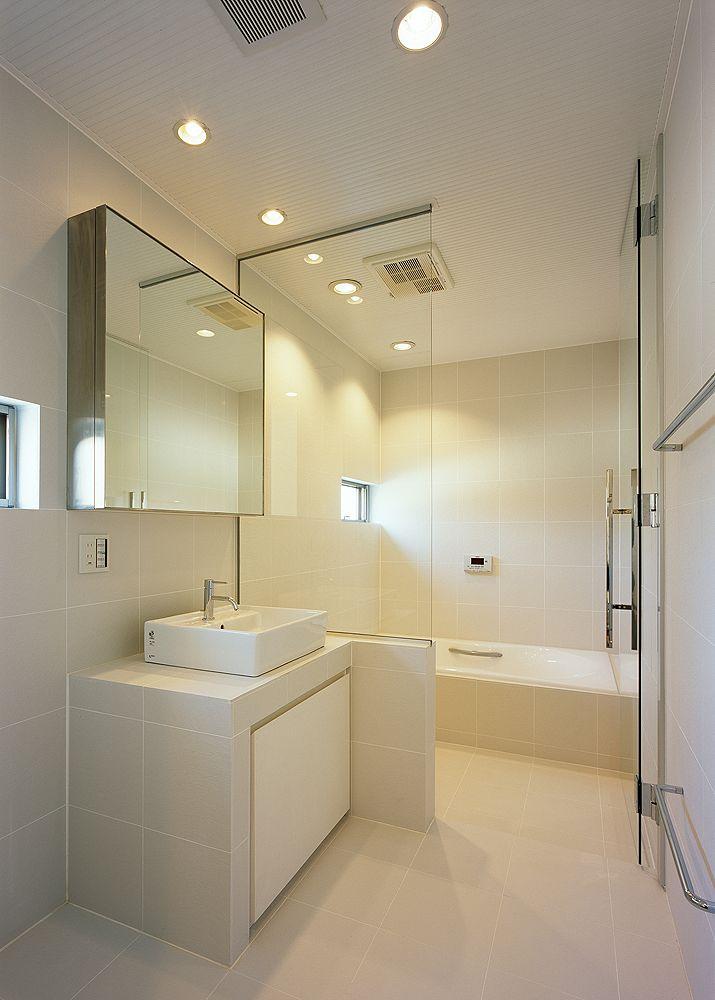 大きめのタイルで目地を少なくし、スッキリとした印象をもつ洗面・浴室