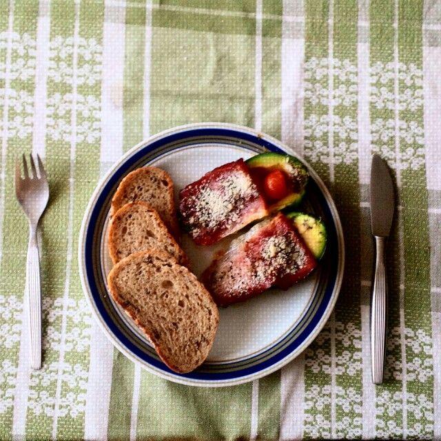 Zapečené avokádo s vajíčkem, cherry rajčátky, parmskou šunkou a parmazánem.